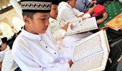 Siswai Sekolah Dasar (SD) dan Madrasah Ibtidaiyah (MI) serta anggota Majelis Taklim se-Kota Pontianak mengikuti prosesi khataman massal. (foto:das)
