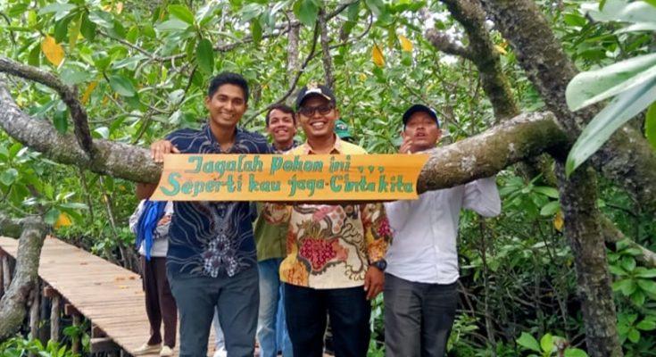 Ketua DPRD Kabupaten Natuna Andes Putra (kiri) saat menghadiri acara penanaman 20 ribu pohon mangrove di Desa Mekar Jaya, Kamis (10/10/2019). (Ist)