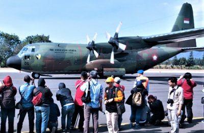 Pesawat Hercules milik TNI AU yang akan mengangkut warga meninggalkan wamena. (foto:fat)