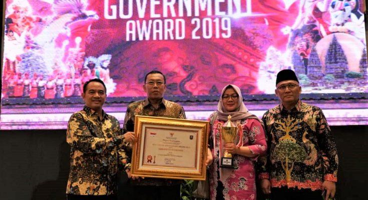 Bupati Dadang Wigiarto, saat menerima penghargaan IGA 2019. (foto:fat)