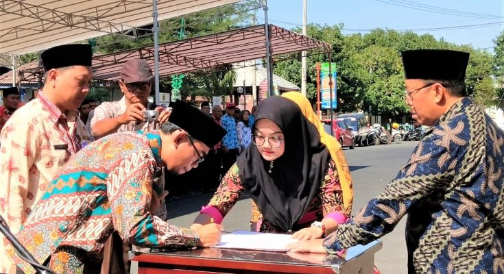 Perwakilan Cakades menandatangani deklarasi damai di depan Bupati Situbondo. (foto:fat)
