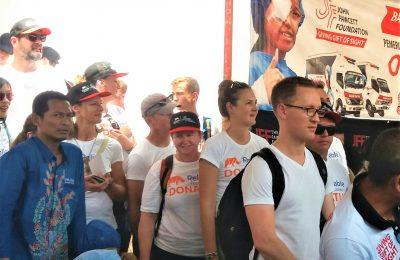 Adam Hudson, dan para donatur dari Australia, saat memantau langsung operasi katarak gratis di GOR Baluran Situbondo. (foto:fat)