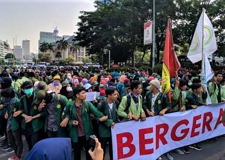 Sejumlah mahasiswa yang tergabung dalam BEM SI menggelar aksi di Patung kuda, Jakarta. (foto:ist)