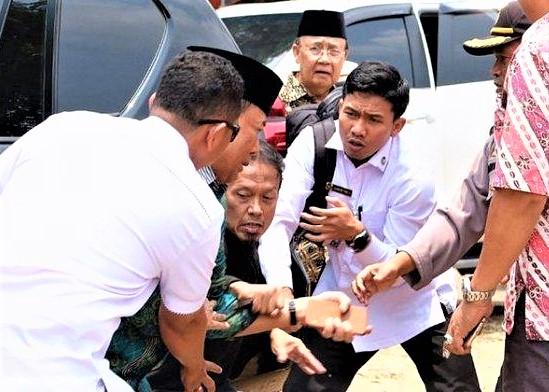 Menko Polhukam Wiranto diserang orang tak dikenal saat tutun dari mobil di alun alun Menes, Pandeglang, Banten. (foto:ist)