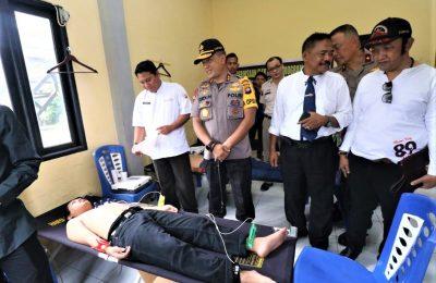 kapolda dan jajarannya saat melaksanakan bulan bakti biddokkes polda kalbar di kampus biru tua Universitas Ta. njungpura Pontianak. (foto:das)