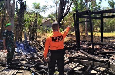 Sisa puing bangunan gudang penyimpanan pupuk yang terbakar . (foto:fat)