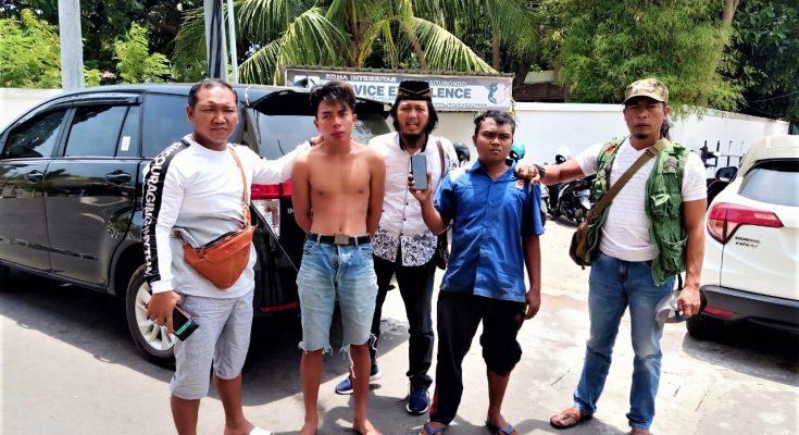 Tersangka Ahmad Fitrah dan Sofia Kurniawan, saat digelandang ke Mapolres Situbondo. (foto:Fat)