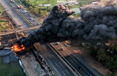 Pipa minyak Pertamina di Cimahi, Bandung, terbakar. (foto:antara)
