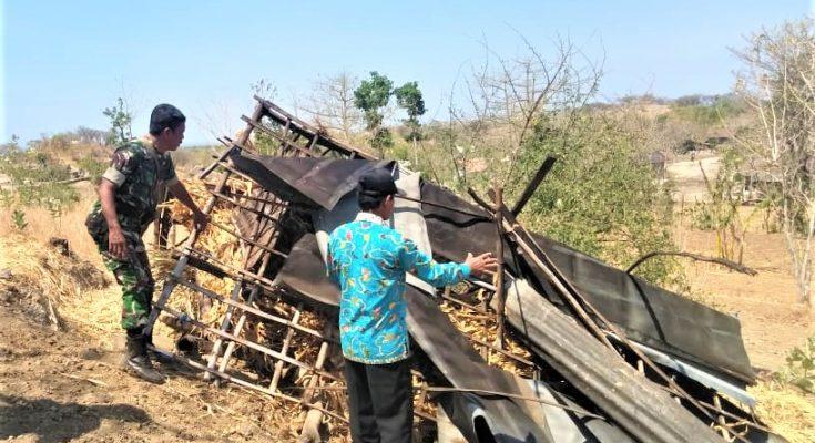 Rumah warga yang mengalami rusak akibat diterjang angin kencang. (foto:fat)