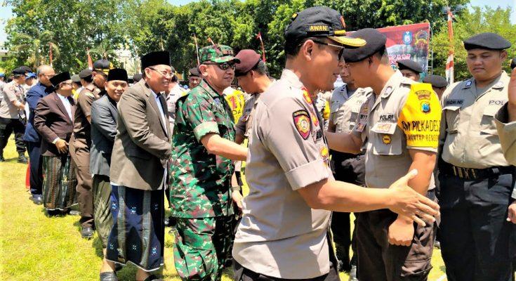 Kapolres Situbondo AKBP Awan Hariono, saat sidak usai apel pergeseran pasukan pengamanan Pilkades serentak di Alun-alun Kota Situbondo. (foto:fat)