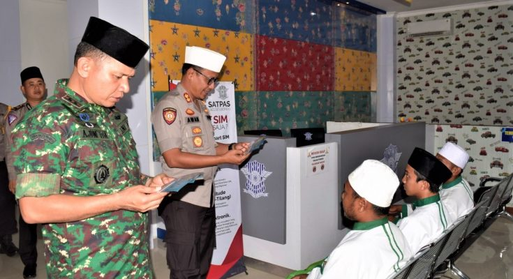 Kapolres AKBP Awan Hariono, dan Dandim 0823 Situbondo Letkol Inf Ahmad Juni Toa, saat melakukan tes terhadap para santri penghafal al quran. (foto:fat)
