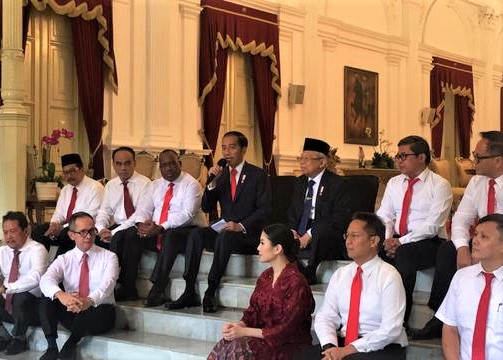 Presiden Jokowi dan wapres Ma,ruf amin foto bersama 12 wakil menteri di Istana Negara. (foto:ist)