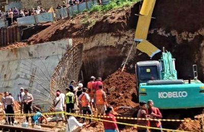 Alat berat eskafator diterjun untuk menggali  pekerja yang tertimbun longsor pembangunan rel ganda Bogor-Sukabumi. (foto:ist)