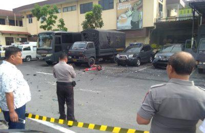 Polisi mengamankan lokasi usai terjadi aksi bom bunuh diri di Mapolrestabes MEdan. (foto:ist)