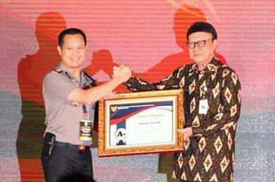 Kapolres Gresik AKBP Kusworo Wibowo saat menerima penghargaan dari Menpan-RB RI Tjahjo Kumolo. (foto:dik)