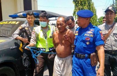 pelaku penusukan saat digelandang ke Mapolres Situbondo. (foto:fat)