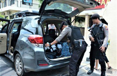 Polisi memeriksa kendaraan yang masuk kedalam mapolres Situbondo. (foto:fat)