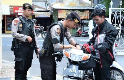 polisi tingkatkan patroli di sejumlah perkantoran  dan pusat berbelanjaan di Situbondo. (foto:fat)
