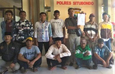 Puluhan warga Desa Taman Sari, Kecamatan Sumbermalang, saat melaporkan Kadesnya ke Mapolres Situbondo. (foto:fat)