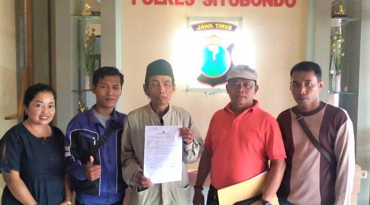 Korban didampingi ketua LSM Peka, saat melaporkan ke SPKT Polres Situbondo. (foto:fat)