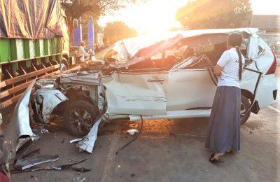 Kendaraan minibus rusak berat setelah menabrak truk yang sedang di parkir. Satu tewas dan satu kritis dalam lakalantas di jalan Raya Pantura Situbondo. (foto:fat)