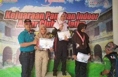 Atlet Situbondo saat menerima hadiah setelah berhasil meraih medali emas di Kejurda panahan antar club panahan di Ngawi, Jawa Timur. (foto:fat)