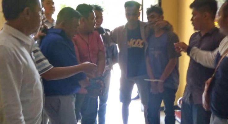 Tersangka Ahmad, saat diamankan ke Mapolres Situbondo. (foto:fat)