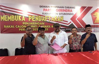 Makmun Haryono, adik Sumail anggota DPR RI, saat menyerahkan berkas di kantor DPC Partai Gerindra Situbondo. (foto:fat)