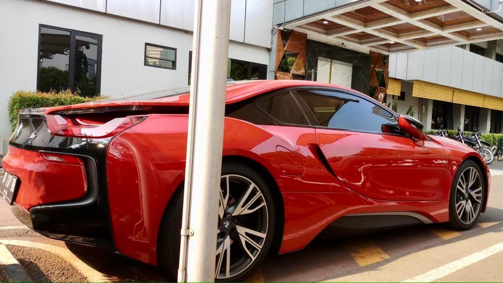 Mobil sport BMW I8 edrive ini terparkir di area parkir khusus pejabat utama Biro SDM Polda Metro Jaya, Kamis (21/11). (Tjg)