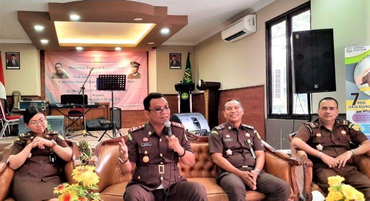Kepala Kejaksaan Negeri (Kajari) Depok, Yudi Triadi (tengah), (foto:ltf)
