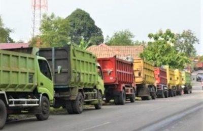 Antrian truk menunggu di SPBU bahkan hingga bermalam demi mendapatkan solar yang langka hampir disemua daerah. (foto:das)