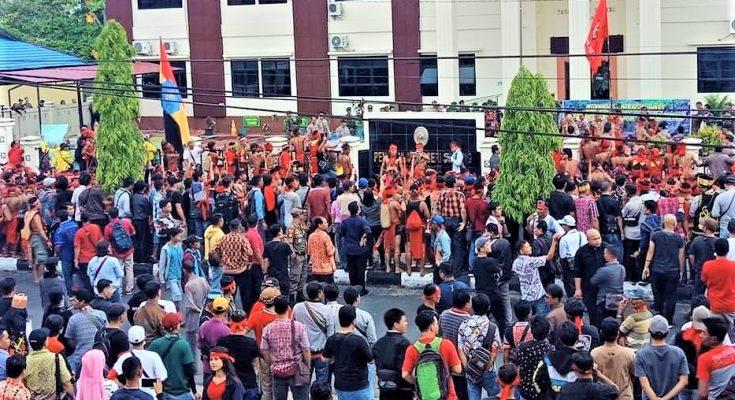 aksi masyarakat di Pengadilan negeri Sintang menolak proses hukum terhadap peladang. Mendesak 6 peladang dibebaskan. (foto:das)