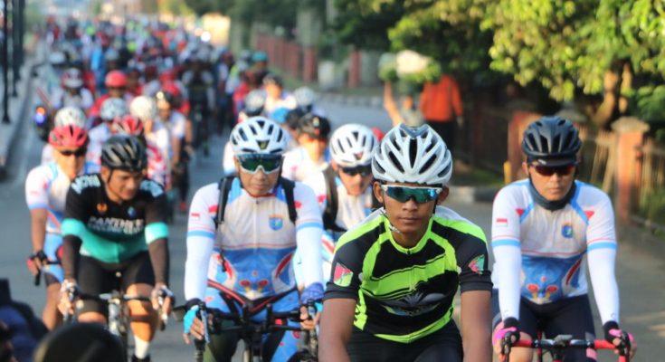 Kapolda Kalbar, Irjen Pol  Didi Haryono  bersama Pangdam XII/Tanjungpura, Mayjen TNI Muhammad Nur Rahmad mengikuti goes sepeda santai. (foto:das)