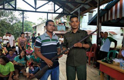 Balai KSDA Kalimantan Barat menerima penyerahan senjata api rakitan dari warga. (foto:das)