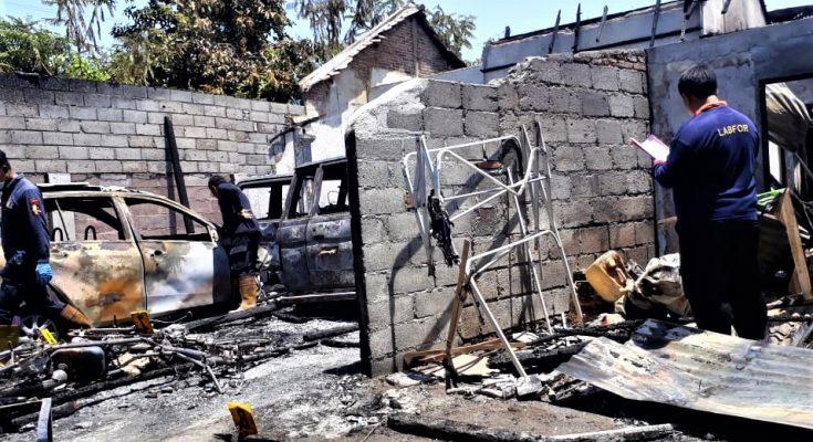 Petugas tim Labfor Polda Jatim, saat melakukan olah TKP di rumah mantan anggota DPRD Situbondo. (foto:fat)