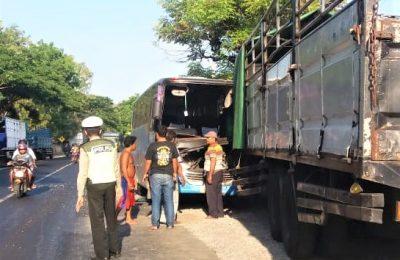 Bus penumpang menabrak truk yang sedang diparkir di tepi jalan raya Pantura Situbondo. (foto:fat)