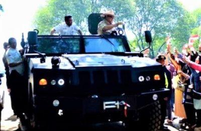 Menhan Prabowo Subianto saat mencoba kendaran taktis Komodo buatan PT Pindad. (foto:istimewa)