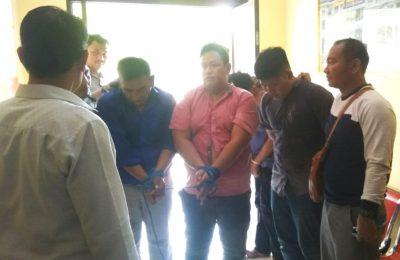 Pelaku saat diamankan petugas di Mapolres Situbondo. (foto:fat)