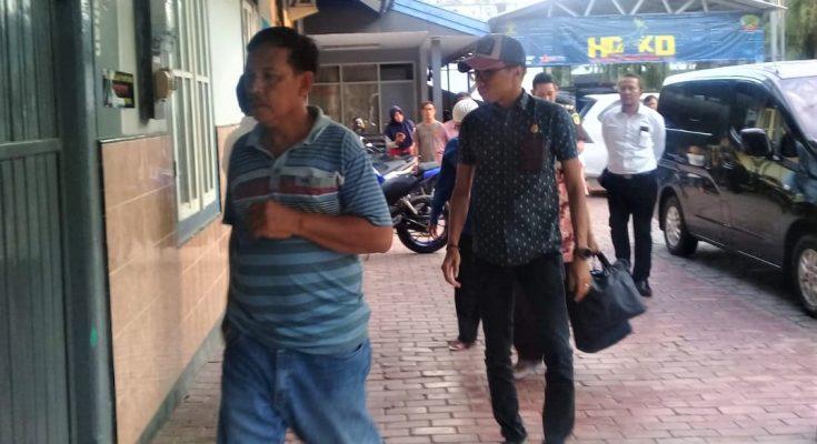 Tiga tersangka korupsi, saat dijebloskan ke Rutan kelas IIB Situbondo.(foto:fat)