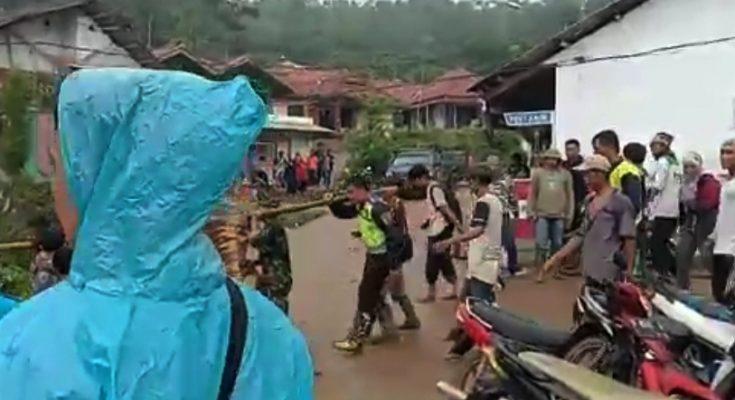Petugas saat mengevakuasi salah seorang korban longsor di Desa Kiara Pandak, Sukajaya kabupaten Bogor.