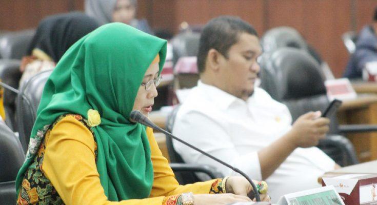 Umi Kulsum, saat rapat di Kantor DPRD Situbondo. (foto:fat)