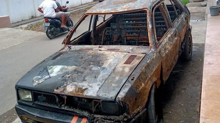Mobil sedan yang terbakar. (foto:fat)