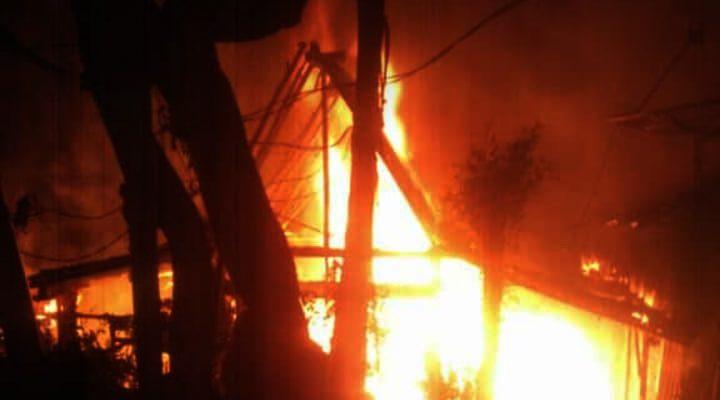 Kobaran api yang menghanguskan rumah milik korban. (foto:fat)