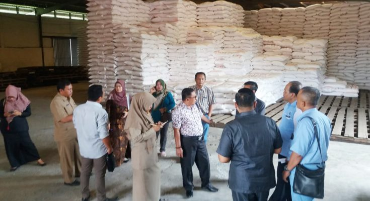 Komisi II DPRD dan Kepala Dinas pertanian tanaman pangan, hortikultura dan perkebunan Kabupaten Situbondo, saat melakukan Sidak ke gudang pupuk. (foto:fat)
