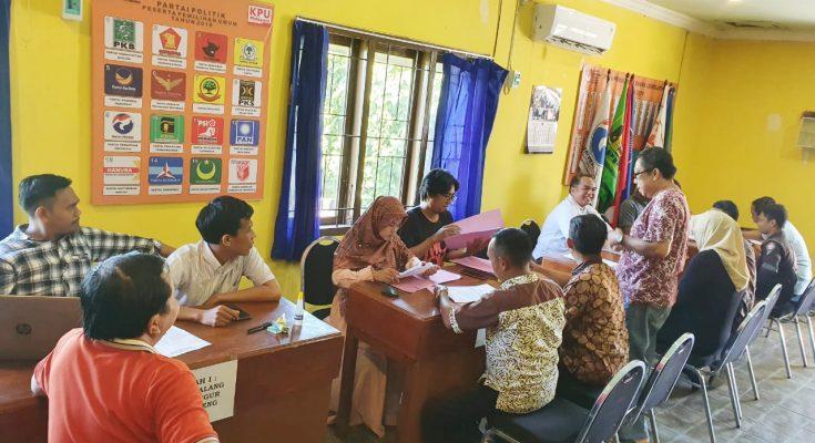 Para pendaftar calon anggota PPK, saat mendaftar ke Kantor KPU Situbondo. (foto:fat)