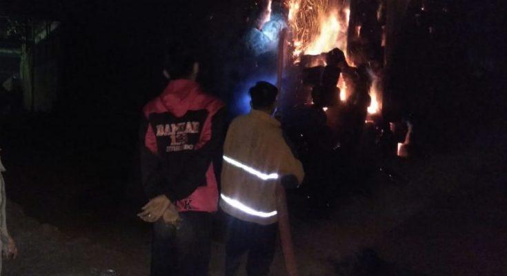 Petugas pemadam kebakaran berupaya memadamkan kobaran api yang membakar gudang pabril gula di Situbondo. (foto:fat)