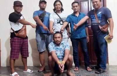 Petugas saat mengamankan tersangka Sahrumo ke Mapolres Situbondo. (foto;fat)