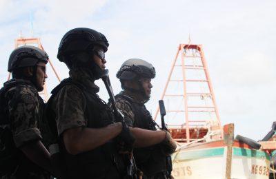Petugas saat mengamankan 3 kapal asing yang ditangkap. (foto:das)