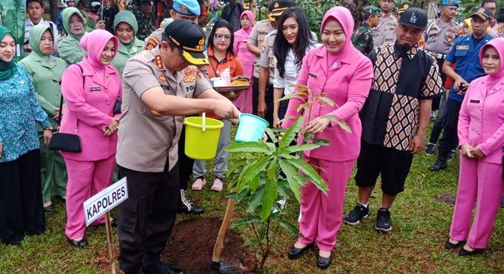 Kapolres Metro Jakarta Selatan Kombes Pol. Bastoni Purnama menanam pohon di Taman Marga Satwa Ragunan, Pasar Minggu, Jakarta Selatan, Jumat (10/1/2020). Dalam kegiatan Polri Peduli Penghijauan ini, sebanyak 1.200 pohon berbagai jenis ditanam. (Ist)
