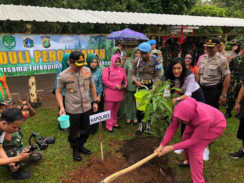 Peduli Penghijauan, Polres Metro Jaksel Tanam 1.200 Pohon di Ragunan